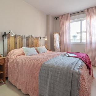 Imagen de dormitorio principal, romántico, pequeño, con paredes grises, suelo de baldosas de cerámica y suelo beige