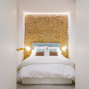 Imagen de habitación de invitados mediterránea, pequeña, con paredes blancas y suelo gris