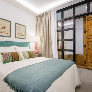 Foto de dormitorio principal, mediterráneo, de tamaño medio, con paredes blancas, suelo gris y moqueta