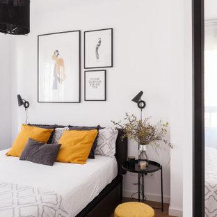 Imagen de dormitorio principal, contemporáneo, pequeño, con paredes blancas, suelo de madera en tonos medios y suelo marrón