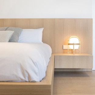 Ejemplo de dormitorio principal, contemporáneo, grande, con paredes blancas, suelo de madera clara y suelo beige