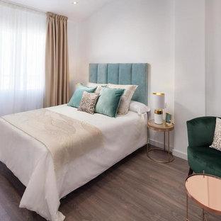 Foto de habitación de invitados contemporánea con paredes blancas, suelo de madera oscura y suelo marrón