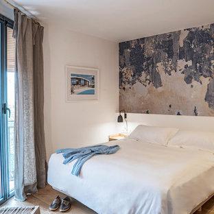 バルセロナの中サイズの地中海スタイルのおしゃれな主寝室 (白い壁、淡色無垢フローリング) のレイアウト