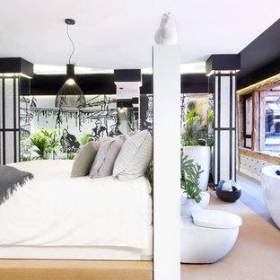 Immagine di un'ampia camera da letto stile loft etnica con pareti nere