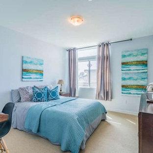 Modelo de dormitorio principal, actual, de tamaño medio, sin chimenea, con paredes azules, suelo de contrachapado y suelo beige