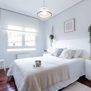 Modelo de dormitorio marinero, sin chimenea, con suelo de madera oscura y paredes grises