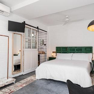 Ejemplo de dormitorio principal, mediterráneo, con paredes blancas, suelo de cemento y suelo gris