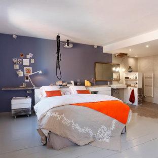 Foto de dormitorio principal, nórdico, con paredes blancas, suelo de madera pintada y suelo gris