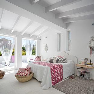 Immagine di una grande camera matrimoniale mediterranea con pareti bianche, nessun camino e pavimento con piastrelle in ceramica