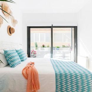 Modelo de habitación de invitados mediterránea, pequeña, con paredes blancas, suelo de mármol y suelo beige