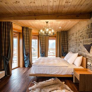 Foto de dormitorio principal, campestre, grande, sin chimenea, con paredes grises y suelo de madera oscura