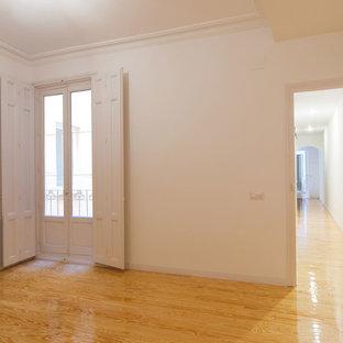 Foto di una grande camera matrimoniale tradizionale con pareti bianche, parquet chiaro e pavimento giallo