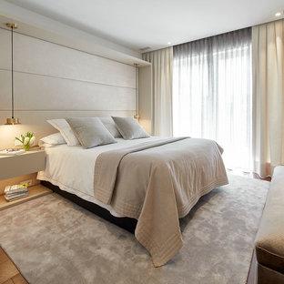 Imagen de dormitorio principal, contemporáneo, con paredes blancas, suelo de madera en tonos medios y suelo marrón