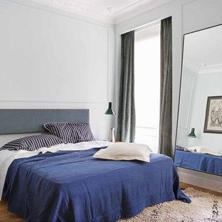 Foto de dormitorio principal, escandinavo, sin chimenea, con paredes blancas y suelo de madera clara