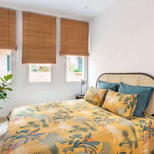 Diseño de dormitorio exótico con paredes blancas, suelo de madera clara y suelo beige