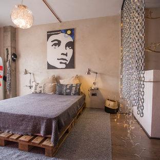 Diseño de dormitorio principal, urbano, grande, sin chimenea, con paredes beige, suelo marrón y suelo de madera en tonos medios