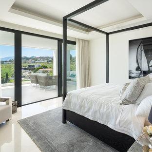 Diseño de dormitorio principal, actual, grande, con suelo beige y paredes beige
