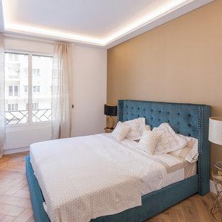 Imagen de habitación de invitados contemporánea con paredes blancas, suelo de madera en tonos medios y suelo marrón