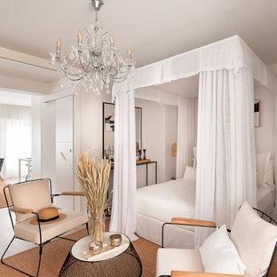 Ejemplo de dormitorio principal, actual, pequeño, sin chimenea, con paredes blancas, suelo de madera clara y suelo beige