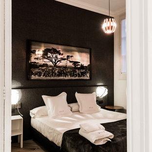 Imagen de dormitorio principal, tropical, de tamaño medio, con paredes negras