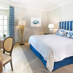 Diseño de habitación de invitados marinera, pequeña, con suelo beige, paredes azules y suelo de mármol