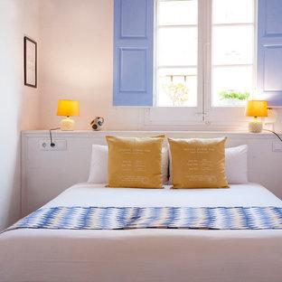 バルセロナの中サイズの地中海スタイルのおしゃれな主寝室 (白い壁、セラミックタイルの床) のインテリア