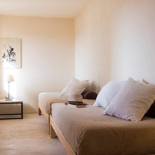 Diseño de habitación de invitados mediterránea, pequeña, sin chimenea, con suelo beige y paredes beige