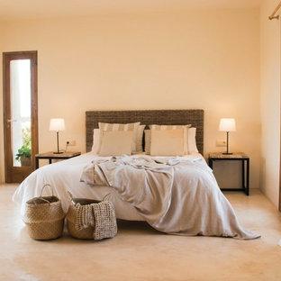 Ejemplo de dormitorio principal, mediterráneo, sin chimenea, con suelo beige y paredes beige