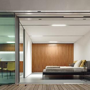 Ejemplo de dormitorio principal, moderno, de tamaño medio, sin chimenea, con paredes blancas