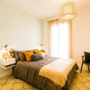 Diseño de dormitorio principal, nórdico, con paredes verdes y suelo beige