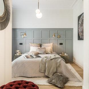 Imagen de dormitorio boiserie, nórdico, boiserie, con paredes blancas, suelo de madera clara, suelo beige y boiserie