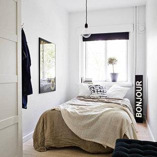 Ispirazione per una piccola camera degli ospiti scandinava con pareti bianche, parquet chiaro e nessun camino