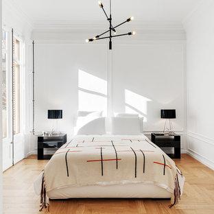 Diseño de dormitorio principal, nórdico, con paredes blancas, suelo de madera clara y suelo beige