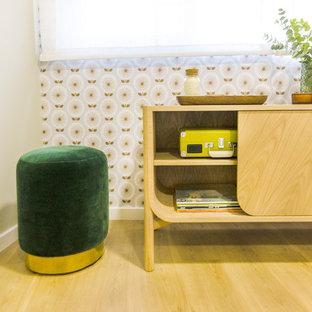 Imagen de dormitorio principal, escandinavo, grande, sin chimenea, con paredes beige, suelo de madera en tonos medios y suelo marrón