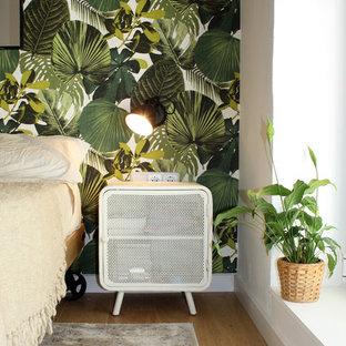 Diseño de dormitorio principal, exótico, de tamaño medio, sin chimenea, con paredes multicolor, suelo de madera en tonos medios y suelo marrón