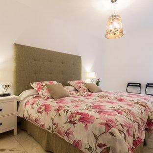 Idee per una grande camera degli ospiti shabby-chic style con pareti bianche e pavimento in marmo