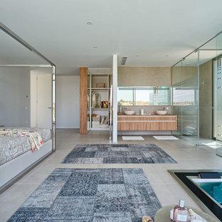 Ispirazione per un'ampia camera matrimoniale minimal con pareti bianche, pavimento con piastrelle in ceramica e nessun camino