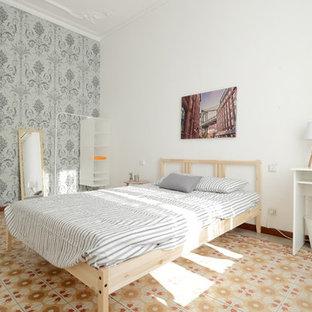 Imagen de habitación de invitados escandinava con paredes blancas y suelo multicolor