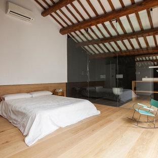Foto de dormitorio principal, de estilo de casa de campo, grande, sin chimenea, con paredes multicolor y suelo de madera clara