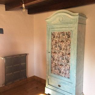 Foto de habitación de invitados rústica, de tamaño medio, con paredes rosas, suelo de madera en tonos medios y suelo beige