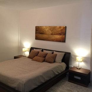 Modelo de dormitorio principal, escandinavo, de tamaño medio, con paredes blancas, suelo de mármol y suelo gris