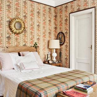 Ejemplo de dormitorio principal, clásico, de tamaño medio, con paredes multicolor
