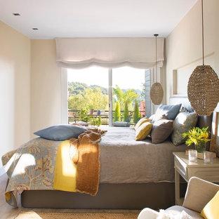 Imagen de dormitorio principal, costero, pequeño, con paredes beige, suelo de madera clara y suelo beige