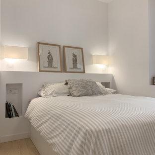 Ejemplo de dormitorio contemporáneo con paredes blancas, suelo de madera clara y suelo beige