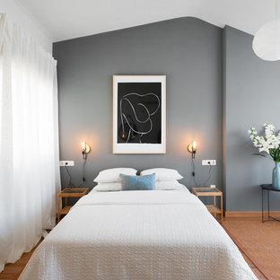 Foto de dormitorio principal, actual, con paredes grises, suelo de madera en tonos medios y suelo marrón