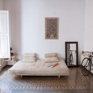 Diseño de dormitorio clásico renovado, de tamaño medio, sin chimenea, con paredes blancas y suelo de baldosas de cerámica