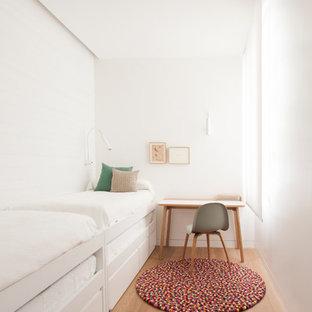 Foto de dormitorio minimalista, pequeño, con paredes blancas y suelo de madera clara