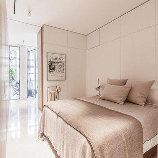 Foto de dormitorio contemporáneo con paredes blancas y suelo blanco