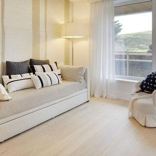 Bild på ett mellanstort medelhavsstil gästrum, med beige väggar och ljust trägolv