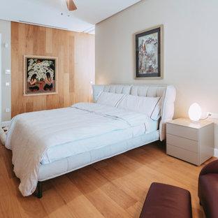 Modelo de dormitorio madera, contemporáneo, madera, con paredes blancas, suelo de madera en tonos medios, suelo marrón y madera